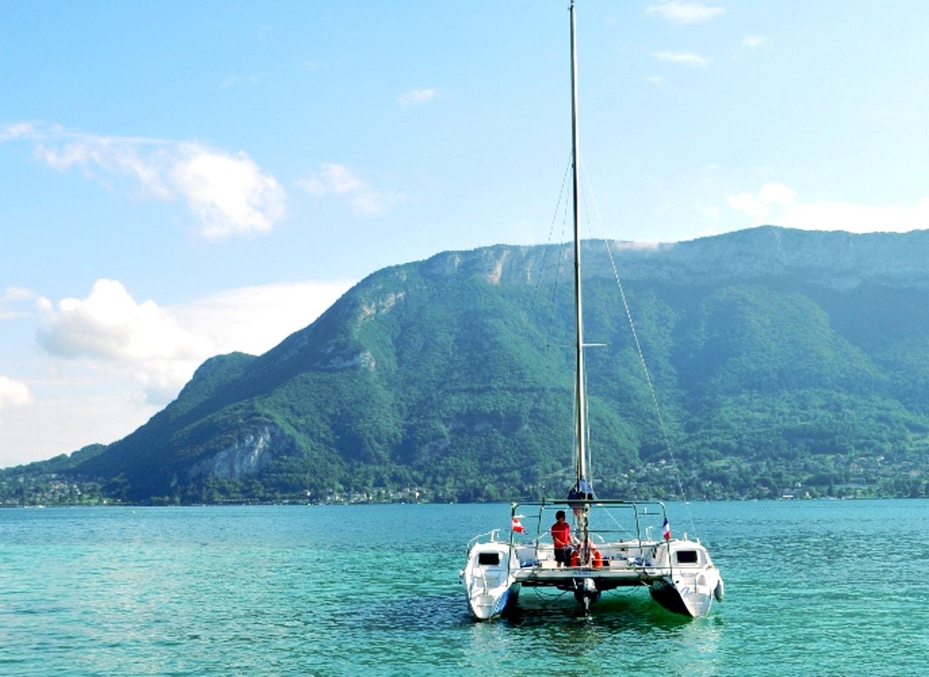 croisière en catamaran sur le lac annecy bateau activites vimigo